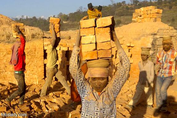 Детский труд на кирпичном заводе в Непале Фото 9