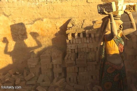 Детский труд на кирпичном заводе в Непале Фото 1