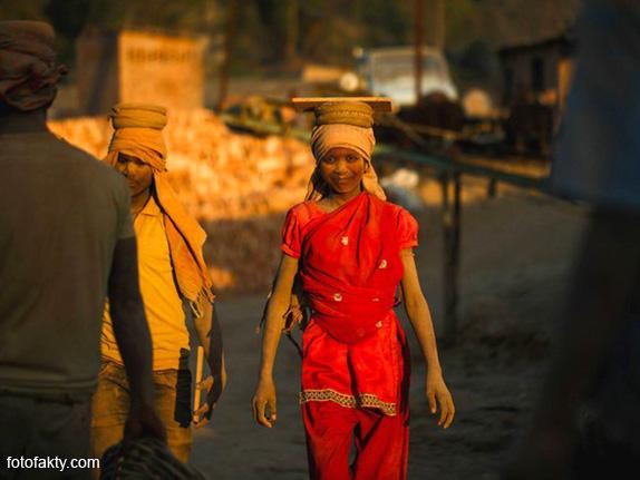 Детский труд на кирпичном заводе в Непале Фото 2