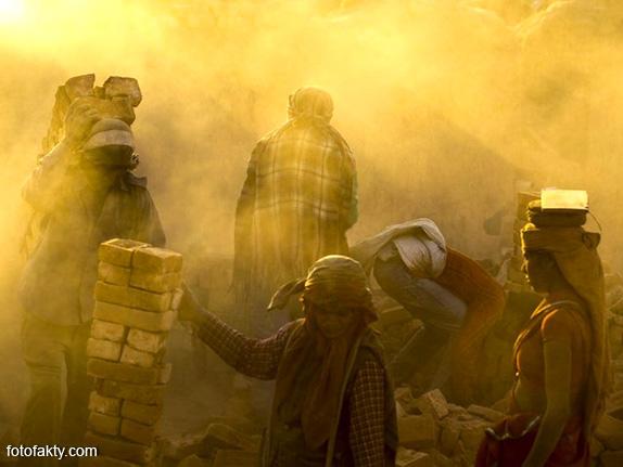 Детский труд на кирпичном заводе в Непале Фото 3
