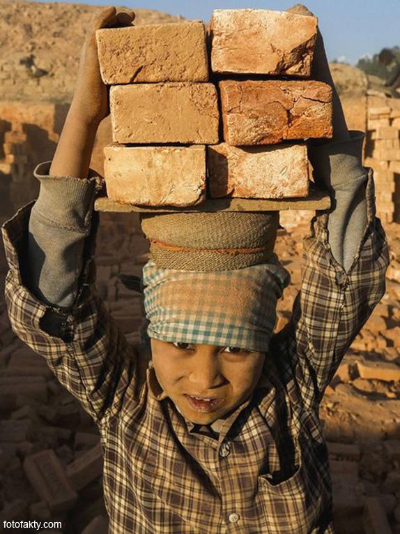 Детский труд на кирпичном заводе в Непале Фото 7