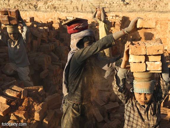 Детский труд на кирпичном заводе в Непале Фото 11