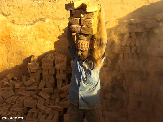 Детский труд на кирпичном заводе в Непале Фото 13