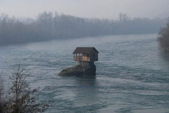 Речной домик на скале в Сербии