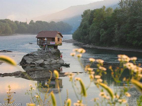 Речной домик на скале в Сербии Фото 2