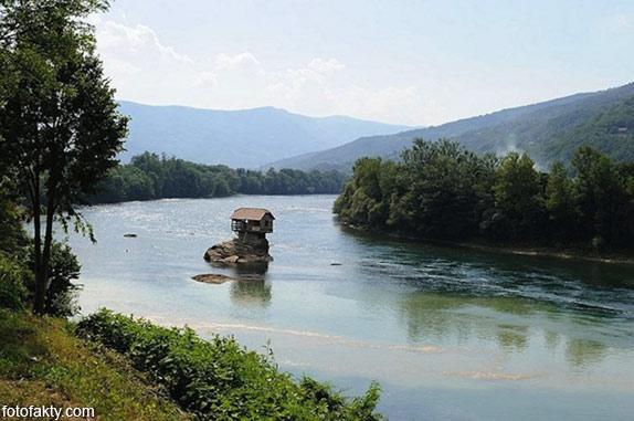 Речной домик на скале в Сербии Фото 3