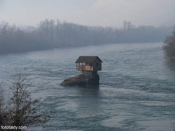 Речной домик на скале в Сербии Фото 4