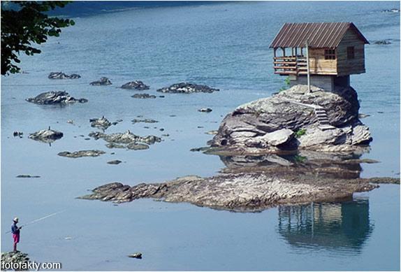 Речной домик на скале в Сербии Фото 8