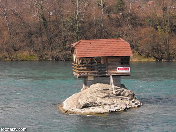 Речной домик на скале в Сербии Фото 9