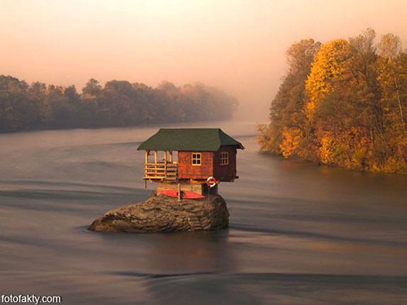 Речной домик на скале в Сербии Фото 6