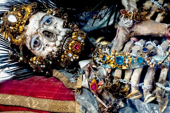 Скелеты, украшенные драгоценностями