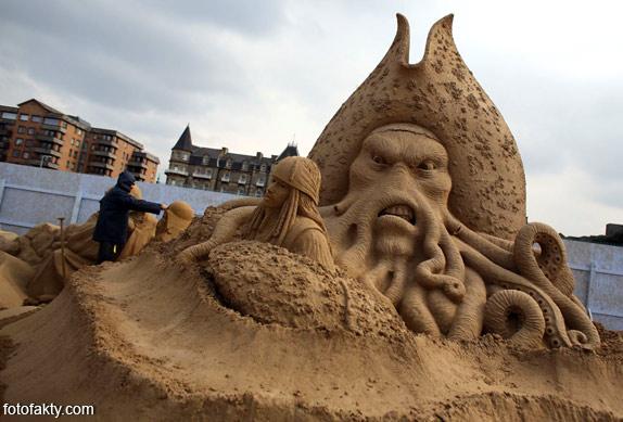 Фестиваль песчаных скульптур: Йода, Хичкок и Кинг-Конг Фото 14