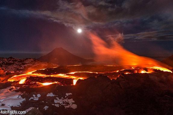 Потрясающие фотографии извержение вулкана Плоский Толбачик Фото 8