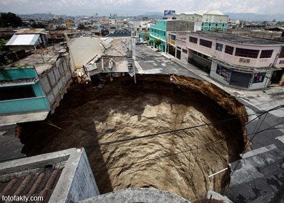 воронки, кратеры и другие большие дыры по всему миру Фото 1